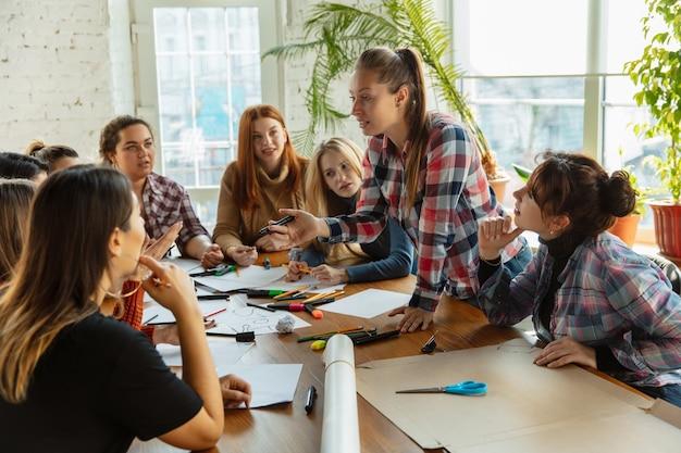 Teamwork jongeren discussiëren over vrouwenrechten en gelijkheid op kantoor