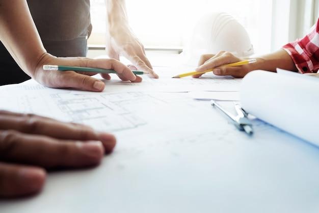 Teamwork off engineer meeting voor architectonisch project.