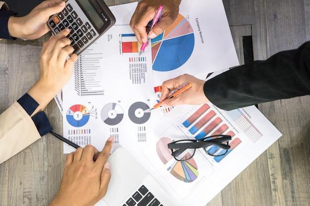 Teamwork planningsbedrijf voor winst en de groeizaken door gegevensdiagramgrafiek