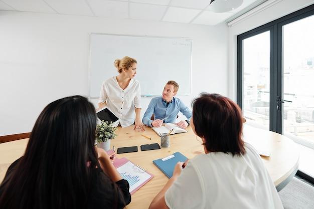 Teamwork tijdens vergadering