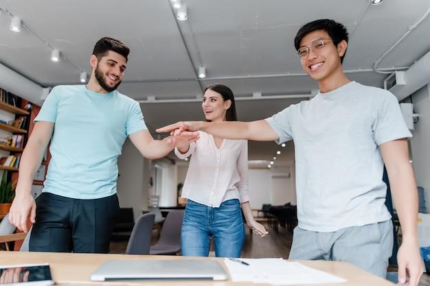 Teamwork van diverse mensen met handen samen