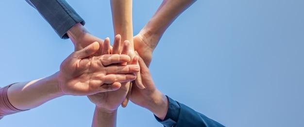Teamwork van mensen uit het bedrijfsleven legde hun handen in elkaar