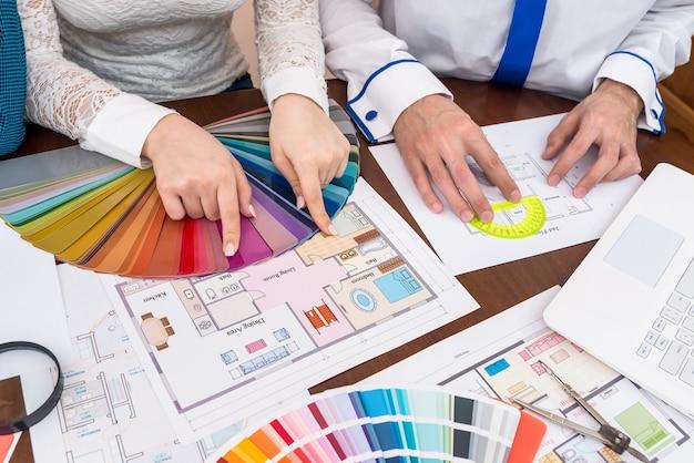 Teamwork van ontwerpers die kleuren kiezen voor kamers in huis