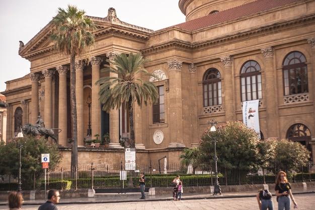 Teatro massimo, palermo hervat in een middag met toeristen die het bezoeken