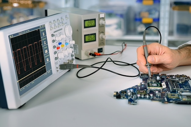 Tech repareert moederbord in servicecentrum
