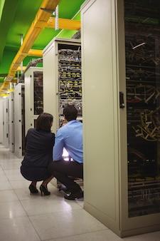 Technici analyseren server