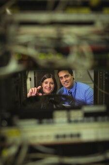 Technici communiceren met elkaar tijdens het analyseren van de server
