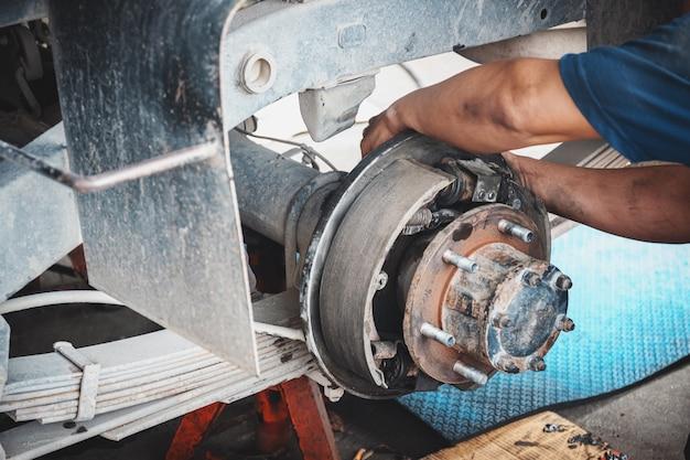 Technici die de wielen van de auto verwijderen