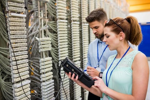 Technici die digitale kabelanalysator gebruiken