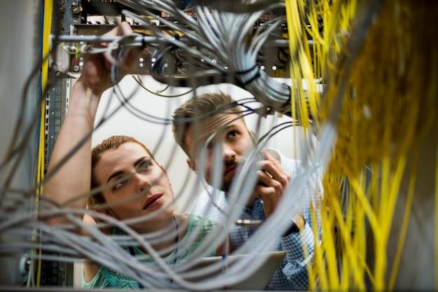 Technici die kabel bevestigen