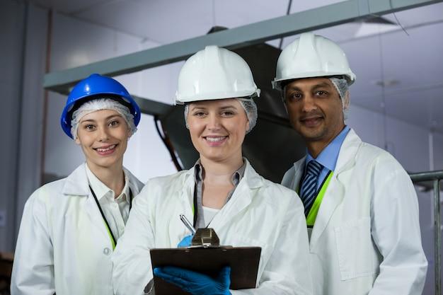 Technici staan met een klembord