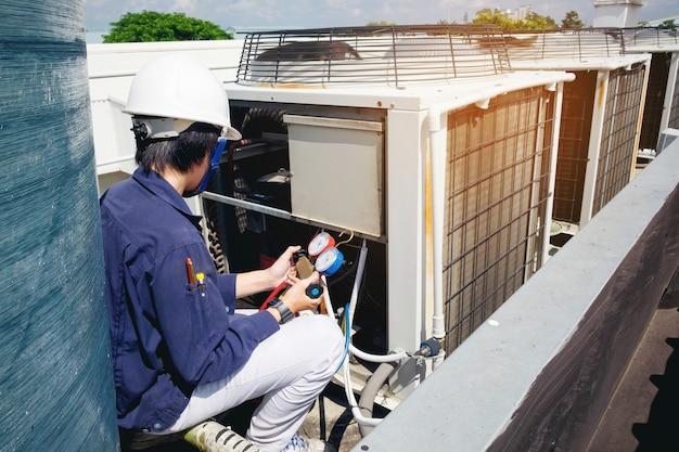 Technicus controleert airconditioner