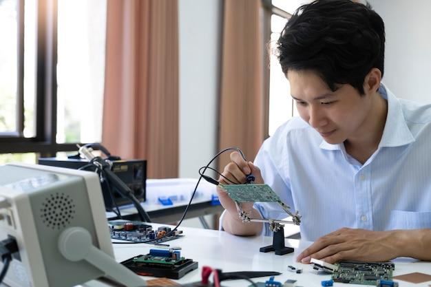 Technicus controleert het elektronische apparaat.