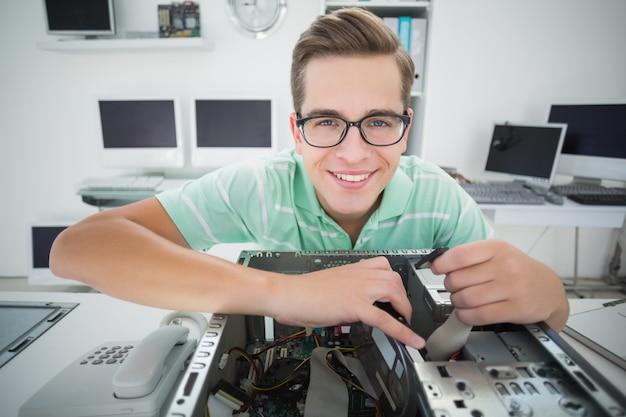 Technicus die aan gebroken computer werkt