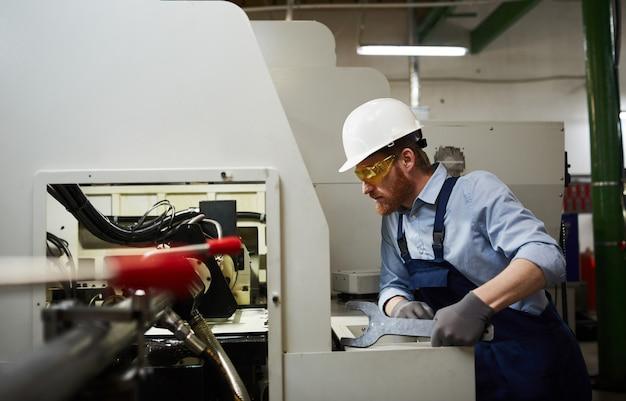 Technicus die de machine herstelt