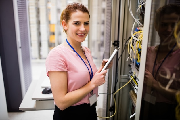Technicus die digitale tablet gebruikt