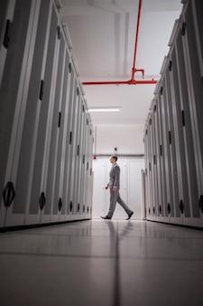 Technicus die in servergang loopt in groot gegevenscentrum
