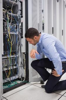 Technicus die kabels van de server bekijkt