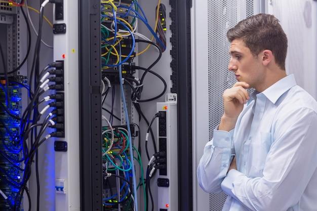 Technicus die naar een oplossing in de servergeval zoekt