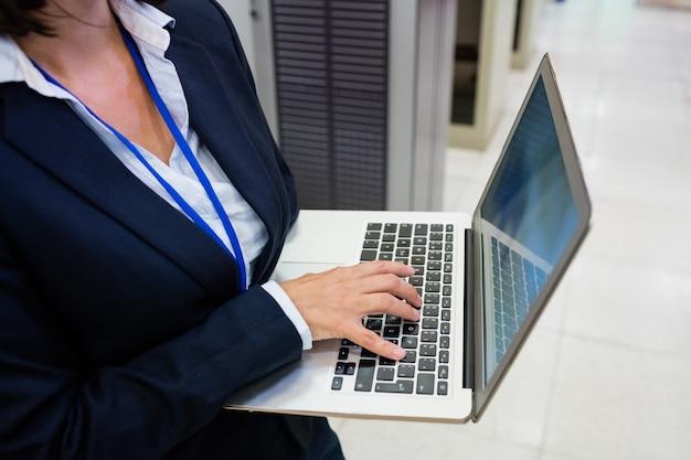 Technicus die op laptop werkt