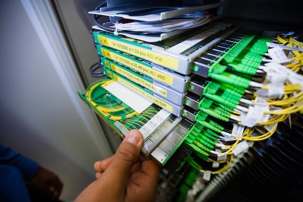 Technicus die routers controleert