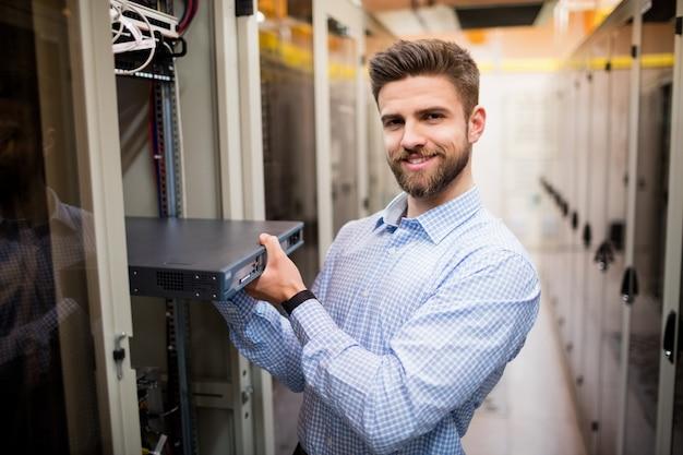 Technicus die server verwijdert van in een rek gemonteerde server