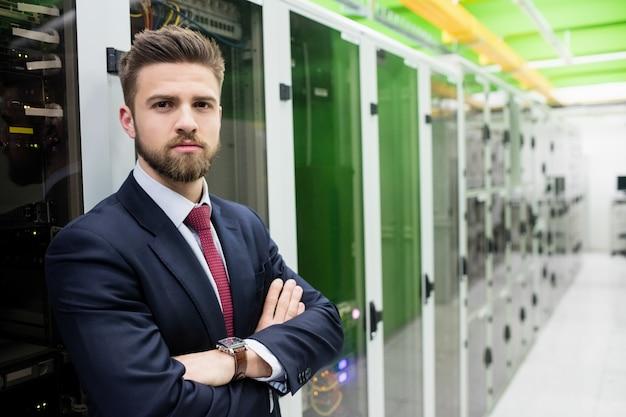 Technicus die zich met die wapens bevinden in een serverruimte worden gekruist