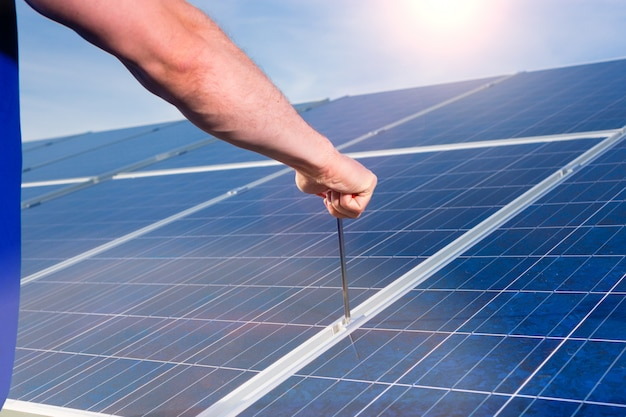 Technicus die zonnepanelen onderhoudt
