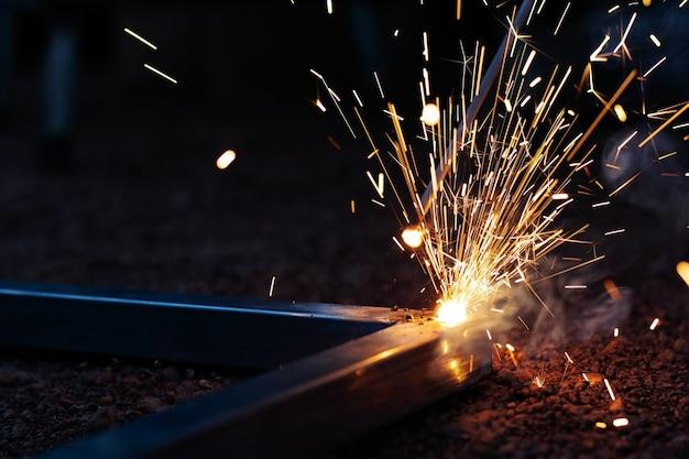 Technicus focus op lasproces op vonk licht met apparatuur.