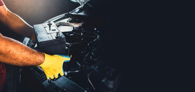 Technicus heeft nieuwe batterij van de auto vervangen door kopieerruimte