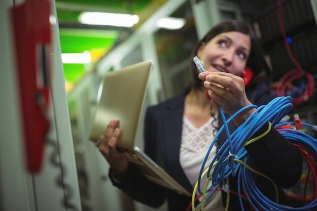 Technicus internet kabel houden tijdens het praten over de telefoon