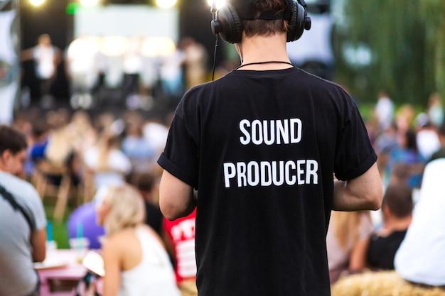 Technicus man in hoofdtelefoons en t-shirt met de inscriptie