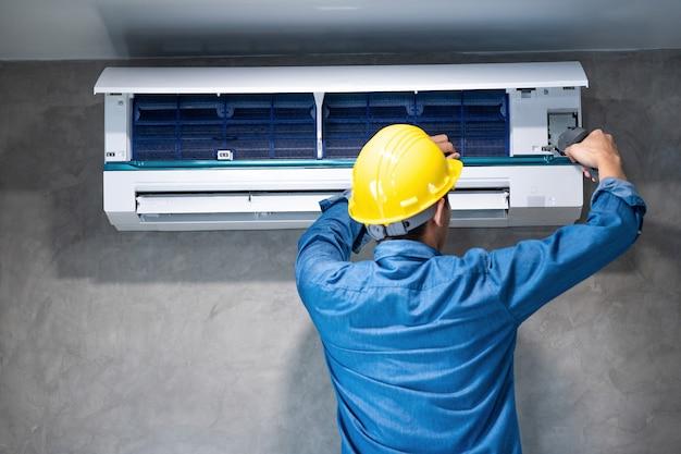 Technicus man reparatie, reiniging en onderhoud airconditioner