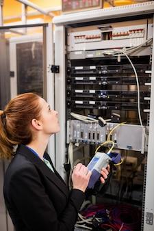 Technicus met behulp van digitale kabelanalysator