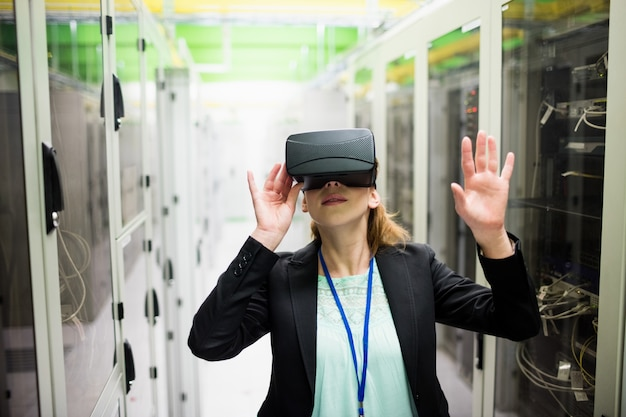 Technicus met behulp van virtual reality-headset