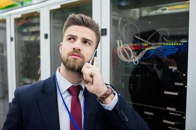 Technicus praten op mobiele telefoon