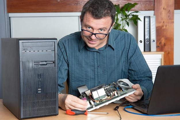 Technicus reparatie computer man in ondersteunende dienst kantoor