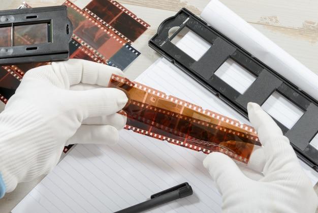 Technicus scant een negatieve film