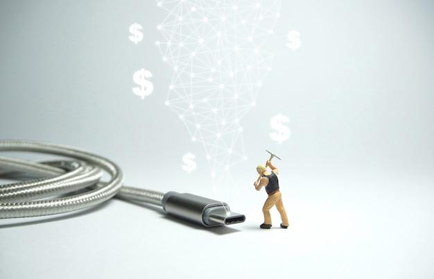 Technicus werknemer staande voor usb usb type c-kabel