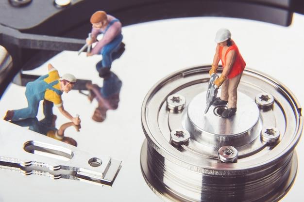 Technicusarbeiders die harde schijf herstellen.