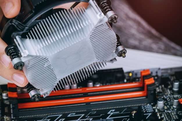 Technicushanden die cpu koelere ventilator op motherboard van een computerpc installeren