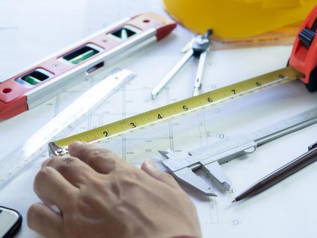 Techniek gebruik apparatuur om bouwblauwdruktekening te maken