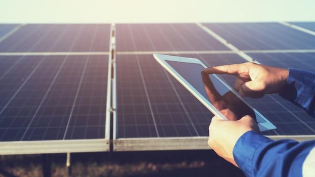 Technisch team dat werkt aan controle en onderhoud in een zonne-energiecentrale