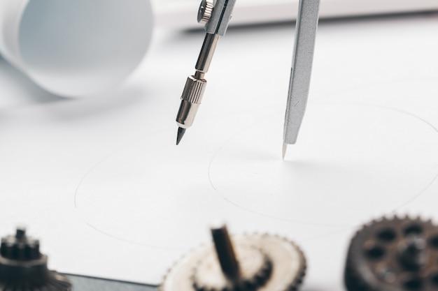 Technische benodigdheden en blauwdrukken op de werkplek close-up