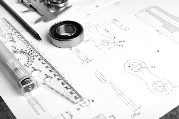Technische benodigdheden en blauwdrukken op de werkplek