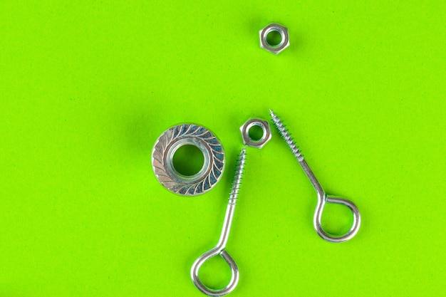 Technische hulpmiddelen. bouten en moeren op groen