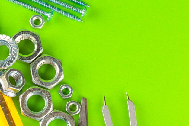 Technische hulpmiddelen. bouten en noten op groene achtergrond