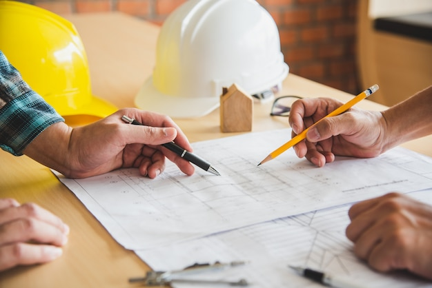 Technische teams komen samen om het ontworpen en uitgevoerde bouwwerk te presenteren en te bespreken.