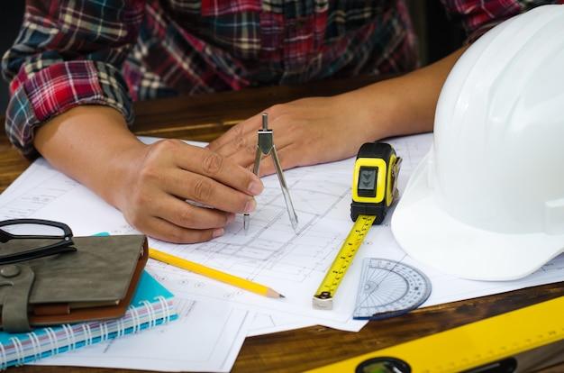 Technische tekenaar op kantoor.