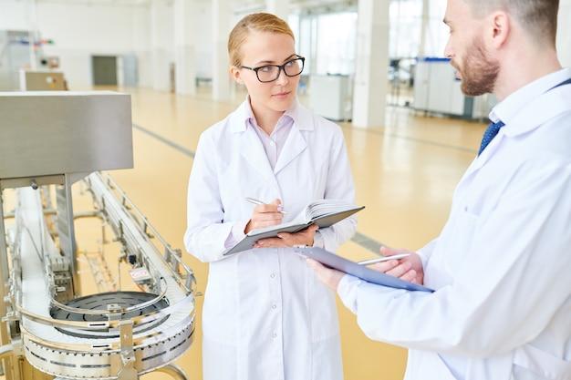 Technologen van dairy factory at work